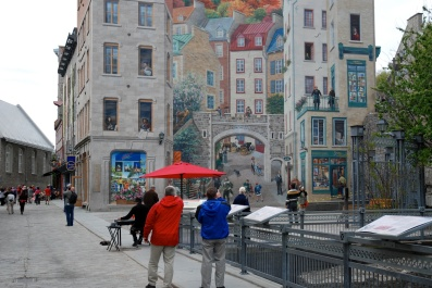 Louis & Andy looking at mural, Ville de Québec